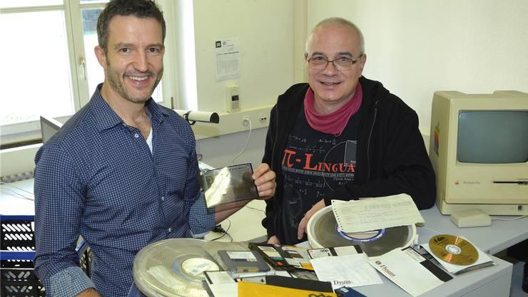 Peter Fornaro (links) und Lukas Rosenthaler arbeiten im Digital Humanities Lab mit unterschiedlichsten Datenträgern aus längst vergangener Zeit. Nicole Nars-Zimmer
