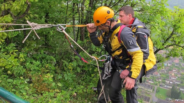 Rettung mit der Seilwinde über schwindelerregendem Abhang. Für die Rettung im Berg braucht es gute Nerven.