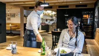 AZ-Redaktorin Andrea Weibel geniesst das Essen in der «Linde» in Büttikon nach der langen Isolationszeit.