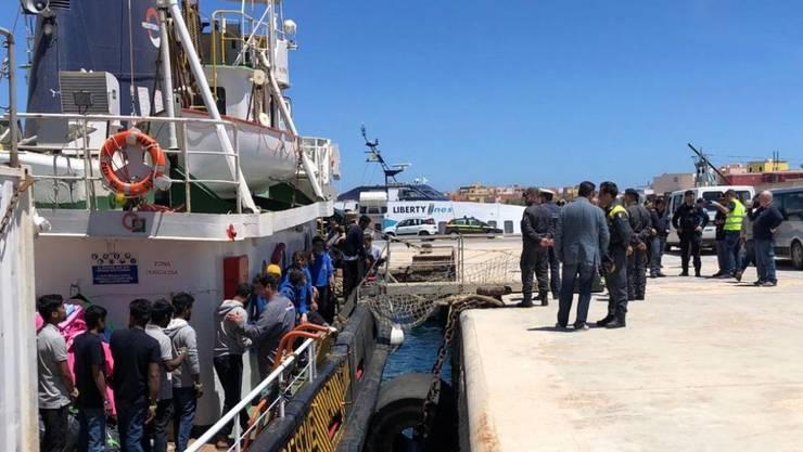 """Im Mai konnten die Flüchtlinge das Rettungsschiff """"Mare Jonio"""" im Hafen von Lampedusa verlassen. Nun rettete die Crew erneut 100 Menschen in Seenot. (Archivbild)"""