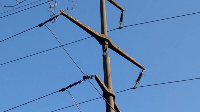 Der beschädigte Strommast.