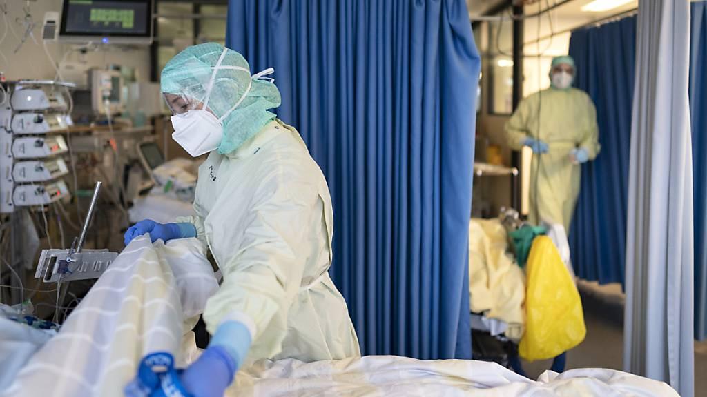 Im vergangenen Jahr wurden im Kanton St. Gallen 245 Patientinnen und Patienten mit einer Covid-19-Erkrankung auf der Intensivstation behandelt. Von den beatmeten Covid-19-Patienten verstarb fast jede zweite Person. (Symbolbild)