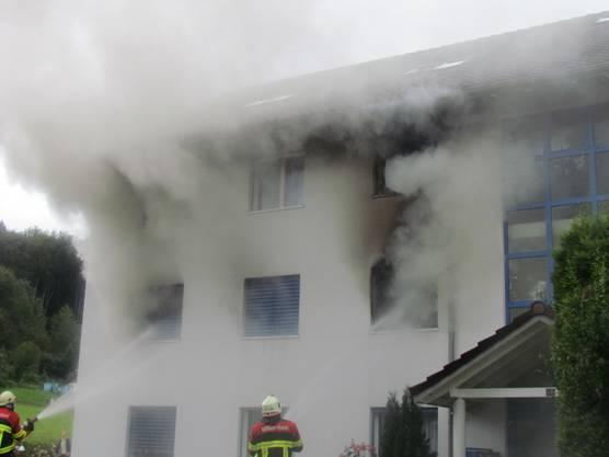 Starke Rauchentwicklung im brennenden Wohnblock in Büttikon.