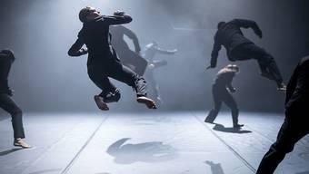 """Achterbahnfahrt der Gefühle in Bewegungen umgesetzt: Mit dem Tanzstück """"Rain"""" stellt sich Kinsun Chan, der neue Leiter der Tanzkompanie, und seine Mannschaft dem Publikum vor."""