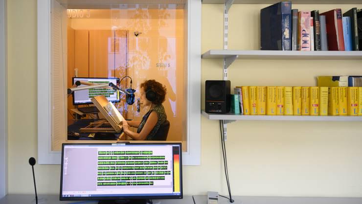 Damit Blinde mit den Ohren Lesen können: Eine Schauspielerin nimmt ein Buch in der Blindenbibliothek SBS auf.
