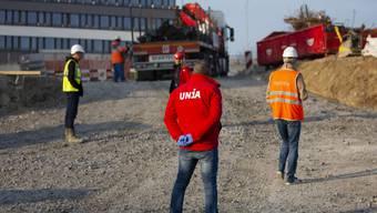 «Werden die Hygiene- und Distanzregeln eingehalten, darf eine Baustelle offenbleiben.» Thomas Leuzinger, Leiter Kommunikation UNIA (Im Bild: eine UNIA-Kontrolle in Fribourg)
