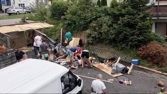Alle 18 Beteiligten verletzt, 3 davon schwer. – Ein Traktor mitsamt Anhänger ist umgestürzt. Die Rettungsdienste rückten mit einem Grossaufgebot aus.