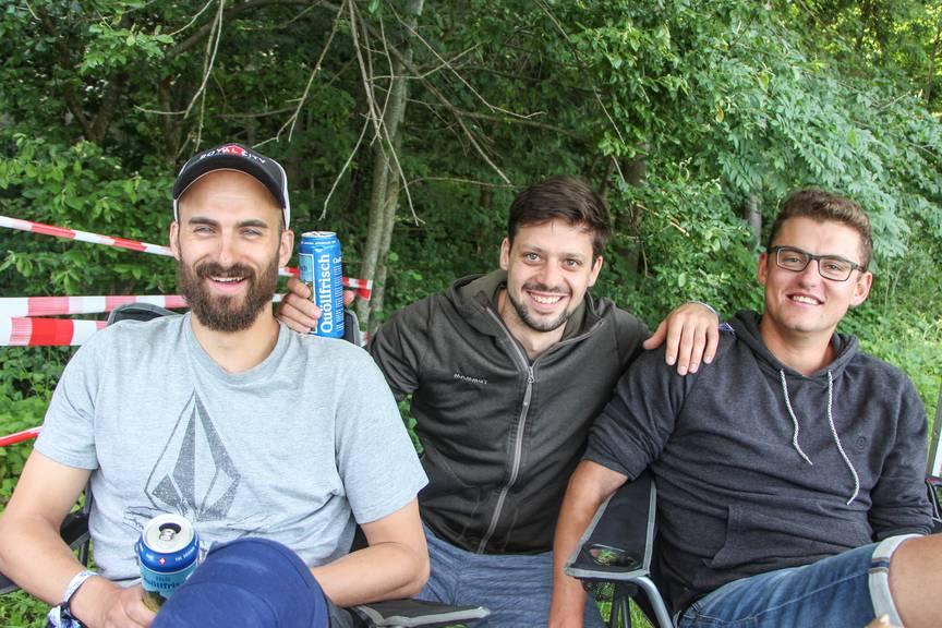 Marvin (Mitte) und seine Freunde sind von Gossau nach St.Gallen gewandert. (Bild: FM1Today/Stefanie Rohner)