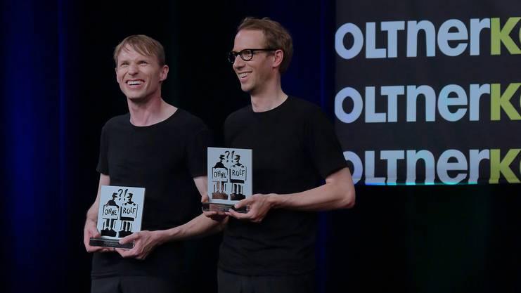 """Das Duo """"Ohne Rolf"""", Jonas Anderhub (l.) und Christoph Wolfisberg, mit dem Ehrencornichon der Oltner Kabarett-Tage."""
