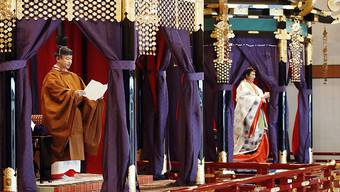Der japanische Kaiser Naruhito (links) verkündet seine Thronbesteigung. Rechts von ihm Kaiserin Masako.