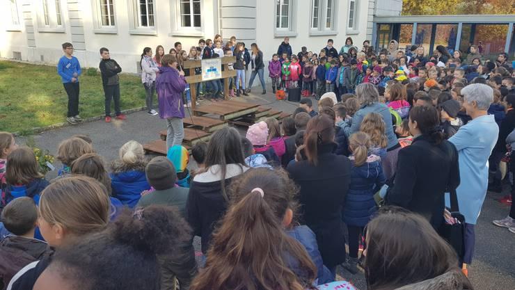 Schulsozialarbeiterin Barbara Wyss bei der Einweihungsfeier der Friedensbrücke in Gerlafingen.