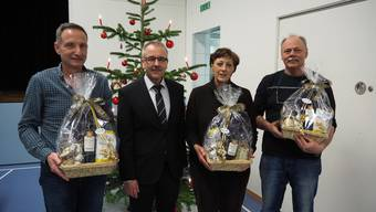 Winznaus Gemeindepräsident Daniel Gubler (2.v.l.) verabschiedete an der Gemeindeversammlung Anton Portmann (l.), Gisela Stoll und Heinz Dietschi.