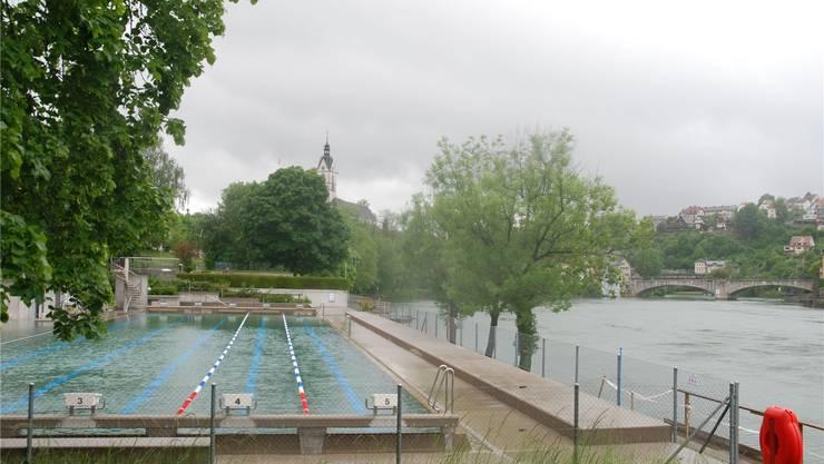 Auch der treueste Badegast des Schwimmbads in Laufenburg hat aufgegeben. Das Schwimmbad bleibt in diesen Tagen leer. Sh
