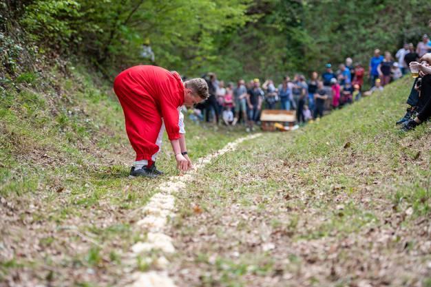 Der Frühling (Mirco Ziegler) gewinnt die Eieraufleset Buchegg 2019 gegen den Winter ( Andri Furrer), im Bild: Frühling Mirco Ziegler beim Eier auflesen
