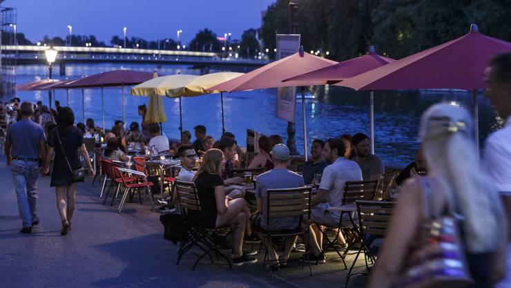 Das rege Nachtleben wie hier am Landhausquai hat Anwohner, Gastro-Betreiber und die Stadt zu neuen Überlegungen zusammengeführt.