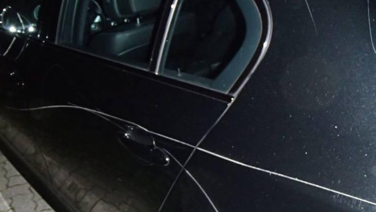 Die Polizei verhaftet vier Verdächtige: Die jungen Männer sollen in Riehen wiederholt Autos demoliert haben. (Themenbild)