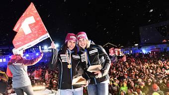 Wendy Holdener (l.) und Michelle Gisin bei der Siegerehrung.