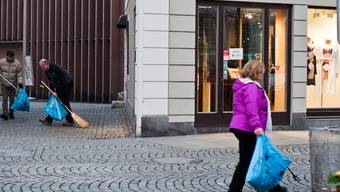 Die «Güselwehr» im Einsatz: Seit einem Jahr ist ein Dutzend Freiwilliger jeden Samstagmorgen, mit Kralle und Kehrichtsack bewaffnet, in der Stadt unterwegs, um dem Güsel zu wehren. Archiv Patricia Schoch
