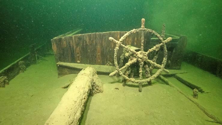 Das Steuerrad ist verkrustet und überwachsen: Doch es hat 100 Jahre unter Wasser unbeschadet überstanden.
