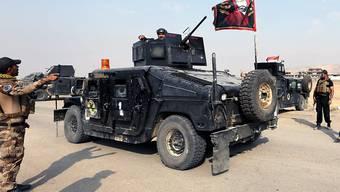 Irakische Spezialeinheiten passieren einen Checkpoint vor Mossul.