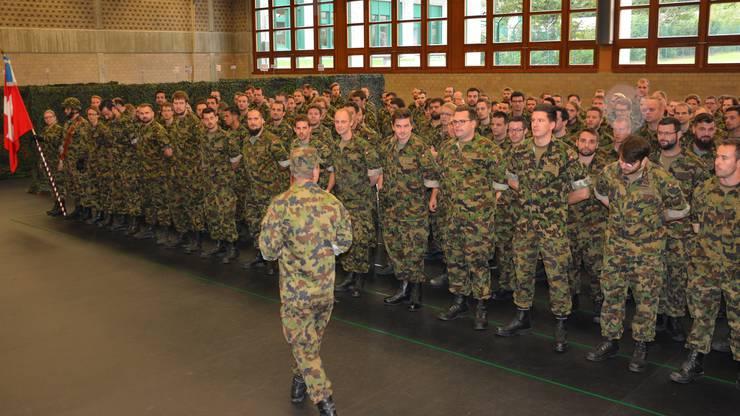 In Reih und Glied: Urs Küng, Fachoffizier, schritt die Formation ab. Sie setzte sich aus 270 Männern und zwei Frauen zusammen.