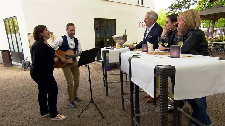 Romina Ettisberger und Kunz singen für die anderen Promis.