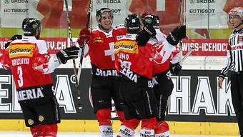 Schweizer Eishockeynationalmannschaft feiert Sieg gegen Finnland.