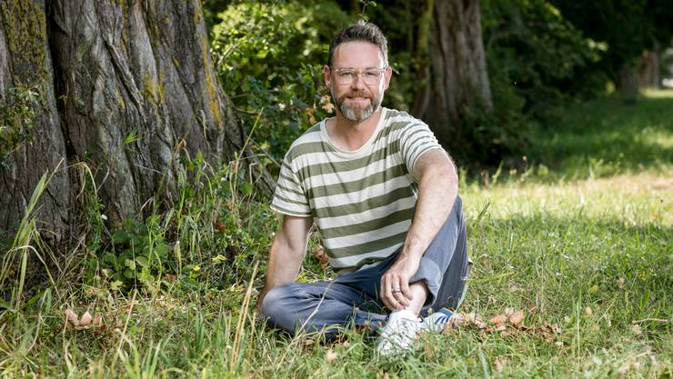Fühlt sich in der Natur am wohlsten: Moderator Nik Hartmann auf einer Wiese wenige Schritte vom SRF-Hauptsitz in Zürich am Leutschenbach.