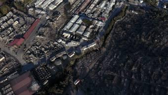 dpatopbilder - Das niedergebrannte Flüchtlingslager Moria auf der Insel Lesbos von oben. Mehrere Brände haben das Lager fast vollständig zerstört. Foto: Panagiotis Balaskas/AP/dpa
