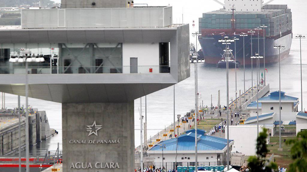 Der Frachter «Cosco Shipping Panama» fährt als erstes Schiff durch den ausgebauten Panamakanal.