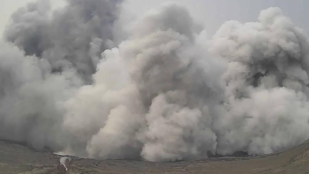 SCREENSHOT - Die philippinischen Behörden befürchten, dass die Aktivität des Vulkans Taal Vorbote eines größeren Ausbruchs sein könnte. Foto: Uncredited/Philippine Institute of Volcanology and Seismology - Department of Science and Technology/AP/dpa - ACHTUNG: Nur zur redaktionellen Verwendung und nur mit vollständiger Nennung des vorstehenden Credits