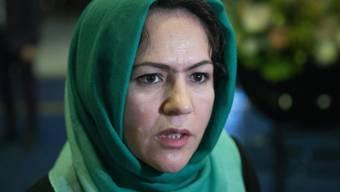 """ARCHIV - Die afghanische Frauenrechtlerin Fausia Kufi spricht vor den """"innerafghanischen"""" Gesprächen zu den Medien. Sie gehört zur Delegation der Regierung für die geplanten Friedensgespräche mit den Taliban.. Foto: Pavel Golovkin/AP/dpa"""