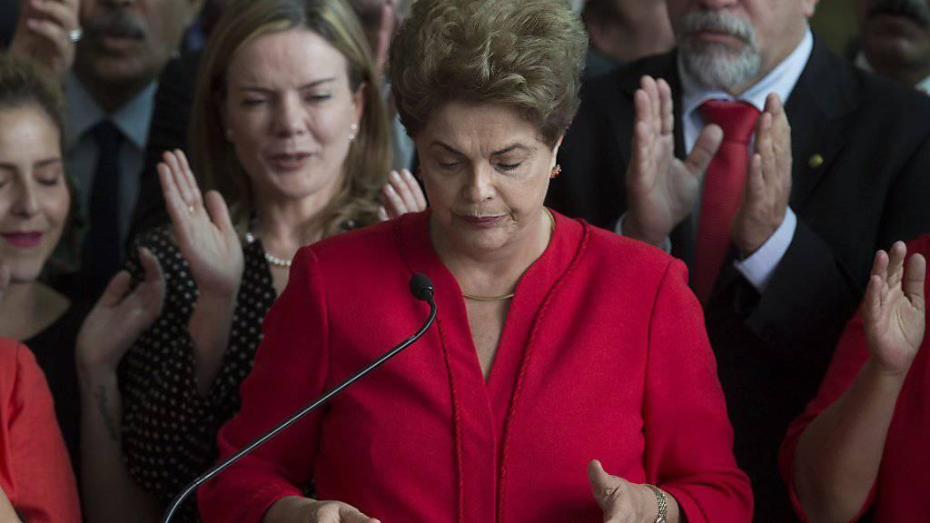 Linksgerichtete Regierungen in Südamerika reagierten mit scharfer Kritik auf die Absetzung von Dilma Rousseff als Präsidentin Brasiliens.