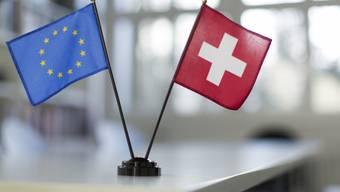 Schweizer und EU-Tischfahne (Symbolbild)