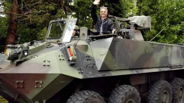 Spass im Schützenpanzer: Aussenminister Didier Burkhalter im Zürcher Oberland. Foto: HO