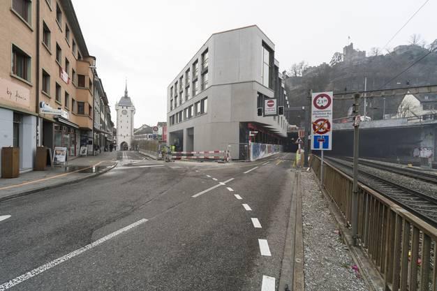 Gegen die Bahnhofstrasse wirkt das Haus eher klobig, zu den Gleisen hin ist es dank grosser Glaserker verspielter.