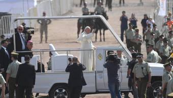 Papst Franziskus am Donnerstag im Papamobil auf dem Lobito Campus in Iquique.