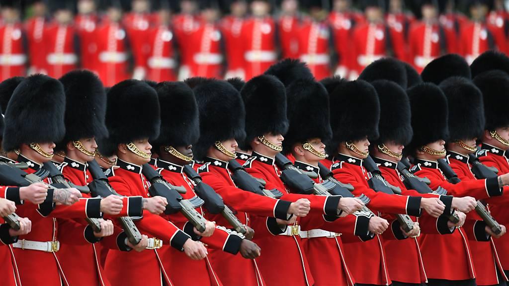 ARCHIV - Grenadier Guards marschieren bei der Horse Guards Parade, die während der Trooping the Colour Zeremonie stattfindet. Foto: Dominic Lipinski/PA Wire/dpa