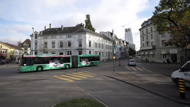 Der Bus kommt von der Grenzacherstrasse her und fährt auf den Wettsteinplatz. Im Hintergrund ist das neue Roche-Hochhaus zu sehen.