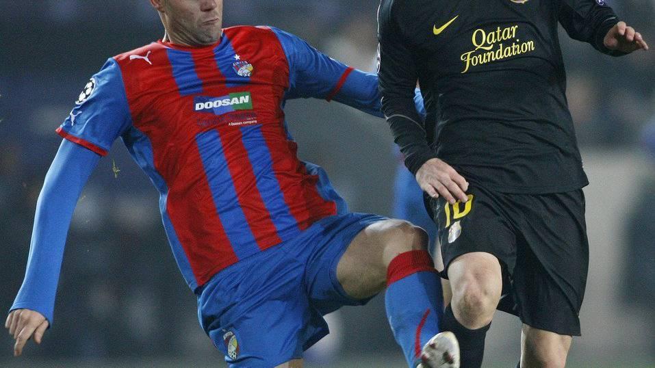 David Bystron kämpft gegen Barca-Star Lionel Messi um jeden Ball.