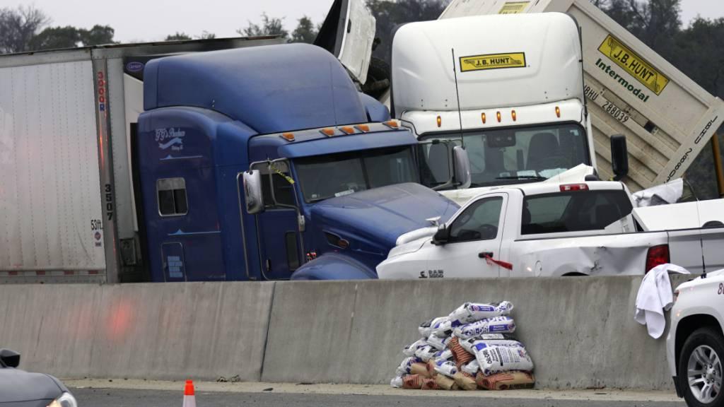Fahrzeuge stapeln sich nach einem Unfall auf der Interstate 35 in der Nähe von Fort Worth (Texas). Foto: Lawrence Jenkins/The Dallas Morning /AP/dpa
