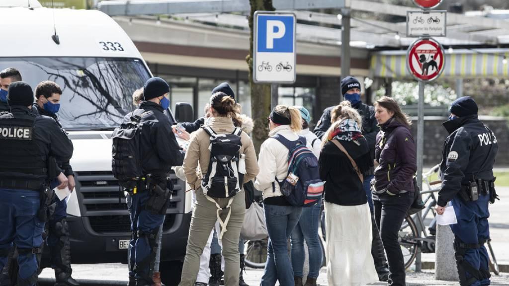 Die Polizei kontrolliert in Bern Personen, die sich möglicherweise an einer illegalen Corona-Demo beteiligen wollten.
