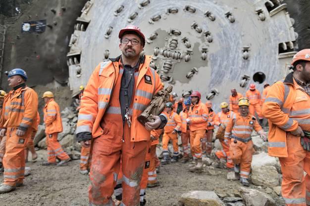 Im Bild trägt der Mineur Franz Hümer die Heilige Barbara, die Schutzpatronin der Mineure, nach dem Durchstich in der Hand. Der neue Bözberg-Eisenbahntunnel wird 2020 eröffnet, der alte Tunnel dient künftig als Dienst- und Rettungsstollen. Die Bohrarbeiten dauerten 8 Monate.