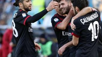 Auch Riccardo Rodriguez (links) beglückwünscht Milans Doppeltorschütze Patrick Cutrone