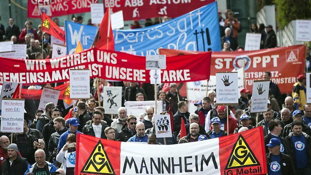 Die Protestierenden in der Nähe des Alstom-Hauptquartiers in La Défense bei Paris.