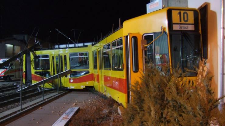 Sechs Verletzte bei spektakulärem Tramunfall in Münchenstein