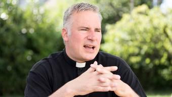 Als Adrian Sutter, der katholische Pfarrer von Dietikon, die Priesterlaufbahn einschlug, hatte er eine Beziehung. Wegen des Zölibats musste er sich trennen.