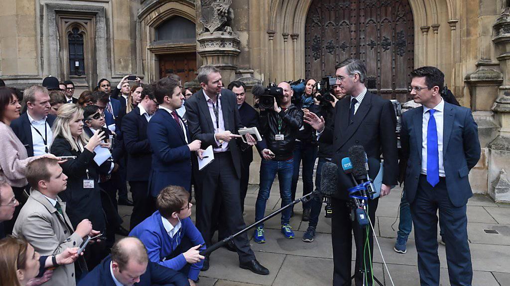 Krisenstimmung in London: Nachdem es Premierministerin Theresa May gelungen ist, sich beim Brexit mit der EU zu einigen, droht ihr Ungemach aus den eigenen Reihen. Der konservative Politiker Jacob Rees Mogg (Bild) hat am Donnerstag in London angekündigt, er plane ein Misstrauensvotum gegen May.
