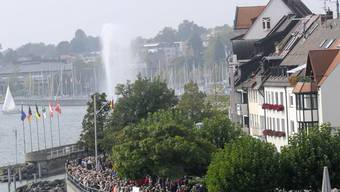 Ein Mörder gelingt in Friedrichshafen die Flucht. Er sollte in Begleitung von Polizisten Familie treffen.
