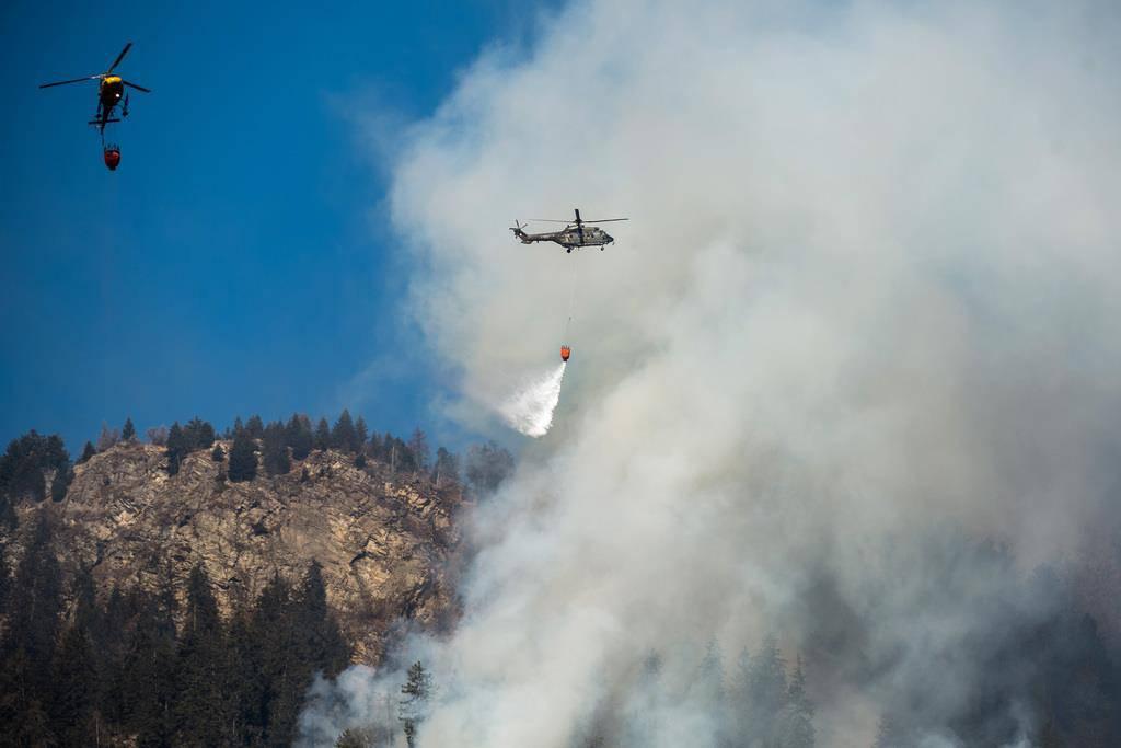 Die Schweizer Armee sowie zivile Unternehmen stehen mit Löschhelikoptern im Einsatz (© Keystone/Ti-Press/Gabriele Putzu)